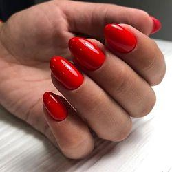 Роскошные ручки с красными ноготками🌹Она идёт на высокой шпильке 👠 в красном платье и все мужчины смотрят на неё. И ни один не устоит перед такой красотой😍 Страсти хватит на всех❣️ ⠀ CosmoLac 62.Высокая шпилька👠 ⠀ #ногтиминск #гельлакминск #маникюрминск #маникюрбеларусь #дизайнногтейминск #красныйманикюр #красныеногти